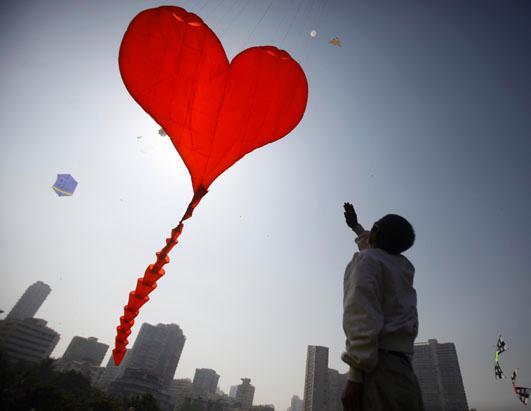 ap_india_kite_festival__heart_kite_ss_thg_130107l_ssh